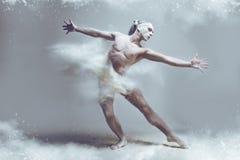 Dançarino do homem do músculo na poeira/névoa imagem de stock royalty free
