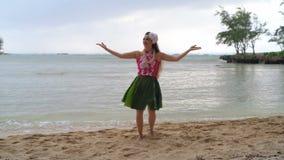 Dançarino do hula de Havaí no traje que dança 4k video estoque