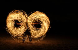 Dançarino do incêndio na obscuridade fotografia de stock royalty free