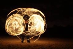 Dançarino do incêndio na obscuridade Fotografia de Stock