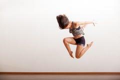 Dançarino do jazz que executa um salto fotos de stock royalty free