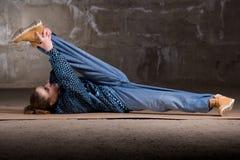 Dançarino do lúpulo do quadril no estilo moderno sobre a parede de tijolo Foto de Stock