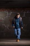Dançarino do lúpulo do quadril no estilo moderno sobre a parede de tijolo imagem de stock