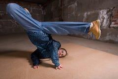 Dançarino do lúpulo do quadril no estilo moderno sobre a parede de tijolo Imagens de Stock