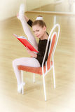 Dançarino em uma cadeira com escola de dança Imagens de Stock