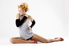 Dançarino fêmea bonito no assoalho Imagens de Stock Royalty Free