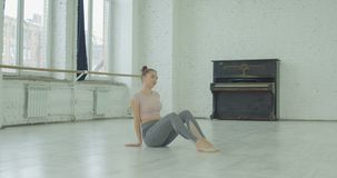 Dançarino fêmea cansado que relaxa após o ensaio video estoque