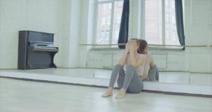 Dançarino fêmea de grito que inclina-se no espelho no estúdio filme