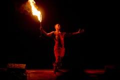 Dançarino havaiano do incêndio Fotografia de Stock