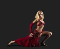 Dançarino louro da beleza - traje oriental vermelho de Arábia Imagem de Stock