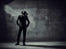 Dançarino masculino, arredores da construção concreta imagem de stock royalty free
