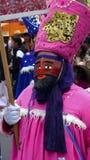 Dançarino mexicano com um traje cor-de-rosa e uma máscara vermelha Imagens de Stock Royalty Free