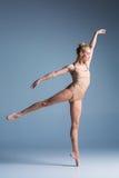 Dançarino moderno bonito novo do estilo que levanta em um fundo do estúdio Foto de Stock Royalty Free