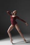 Dançarino moderno bonito novo do estilo que levanta na Imagem de Stock Royalty Free