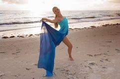Dançarino na praia fotos de stock