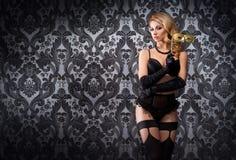 Dançarino novo e bonito da taberna na roupa interior 'sexy' do vintage Foto de Stock Royalty Free