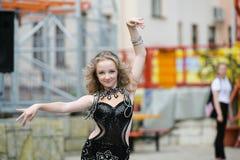 Dançarino novo no vestido tradicional, jovem mulher que dança a dança árabe, grupo da rua A menina está dançando em público A men fotografia de stock