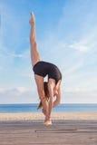 Dançarino ou ginasta que fazem o equilíbrio Foto de Stock
