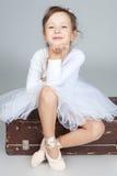 Dançarino pequeno bonito, bailarina no vestido branco Imagem de Stock
