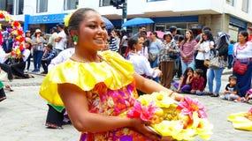 Dançarino popular da mulher no vestido típico da província de Esmeraldes, Equador foto de stock