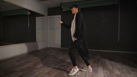 Dançarino profissional que ensaia sua dança nova, agressiva, moderna antes da mostra Movimentos e pontapés da dança Grande ponto  video estoque
