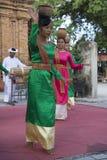 Dançarino que dança danças populares no close up tradicional do traje Nha Trang, Vietnam Fotografia de Stock
