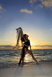 Dançarino que está na borda do oceano Fotos de Stock