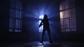 Dançarino que executa e que pratica a dança contemporânea, moderna silhueta, movimento lento filme