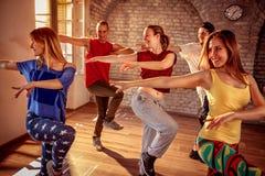 Dançarino que exercita o treinamento da dança no estúdio fotografia de stock royalty free