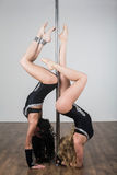 Dançarino que faz truques acrobáticos com um polo imagens de stock