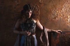 Dançarino tribal, mulher bonita no estilo étnico em um fundo textured imagem de stock royalty free
