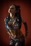 Dançarino tribal na obscuridade Fotografia de Stock Royalty Free