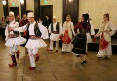 Dançarinos albaneses em trajes tradicionais Fotografia de Stock Royalty Free