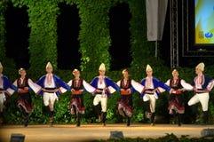 Dançarinos búlgaros na fase popular do festival Imagens de Stock Royalty Free