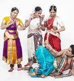 Dançarinos clássicos indianos que têm Imagens de Stock