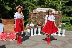 Dançarinos das meninas e cantores, atores, membros do coro, dançarinos de corpo de bailado, solistas do conjunto ucraniano do cos imagem de stock