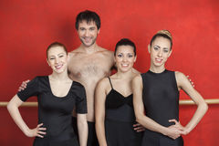 Dançarinos de bailado masculinos e fêmeas no estúdio da dança Foto de Stock