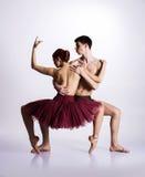 Dançarinos de bailado novos em um fundo branco foto de stock