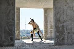 Dançarinos de bailado que levantam na construção inacabado fotografia de stock royalty free