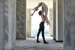 Dançarinos de bailado que levantam na construção inacabado foto de stock royalty free