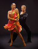 Dançarinos de encontro ao fundo preto Imagem de Stock