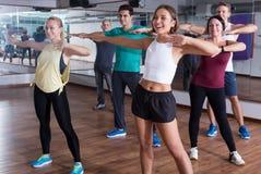 Dançarinos de sorriso do novato que aprendem elementos do zumba Fotografia de Stock Royalty Free