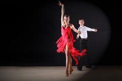 Dançarinos do Latino no salão de baile Fotografia de Stock Royalty Free