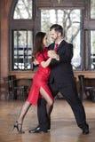 Dançarinos do tango que executam a etapa do envoltório do pé ao executar em Resta imagens de stock royalty free