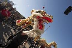Dançarinos dourados do dragão da parada do dragão Fotografia de Stock