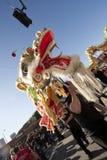 Dançarinos dourados do dragão da parada do dragão Imagens de Stock Royalty Free