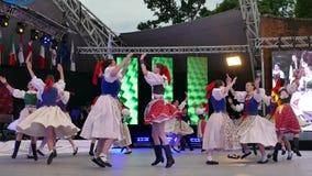 Dançarinos eslovacos no traje tradicional