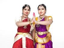 Dançarinos fêmeas clássicos indianos Fotos de Stock Royalty Free