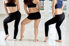 Dançarinos fêmeas envolvidos acima no trabalho Foto de Stock