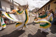 Dançarinos fêmeas no vestido tradicional Imagens de Stock